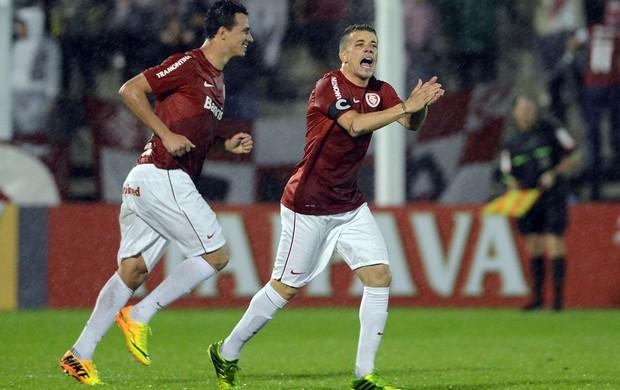 Damião e Dalessandro gol Internacional (Foto: Edu Andrade / Agência Estado)