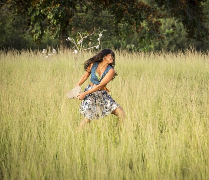 Ela surta com a possibilidade de Santo descobrir a verdade (Foto: Felipe Monteiro/Gshow )