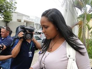 Dayanne Rodrigues deixa a delegacia em Ribeirão das Neves (Foto: Cristina Moreno de Castro / G1)