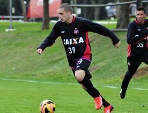 Marcelo Palau, volante do Atlético-PR, no CT do Caju (Foto: Site oficial do Atlético-PR/Gustavo Oliveira)
