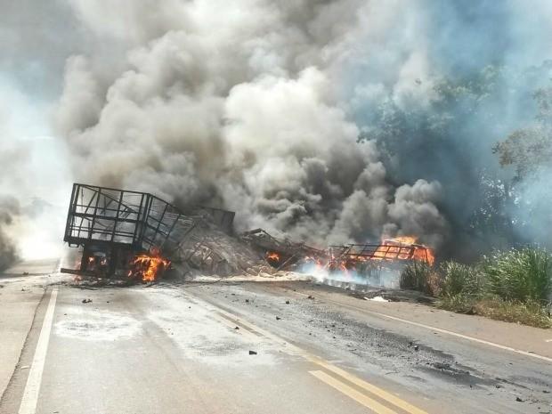 Fogo se alastra em veículos após acidente envolvendo cinco automóveis (Foto: Emerson Dantas/Jonal da Nova)