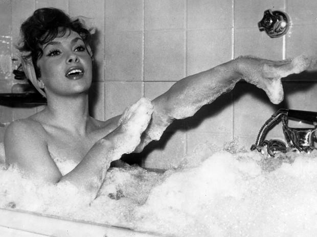 Em dezembro de 1957, Gina Lollobrigida toma banho de banheira em cena do filme 'Anna from Brooklyn'. Ela faz 85 anos nesta quarta-feira (4) (Foto: AP Photo/Walter Attenni)