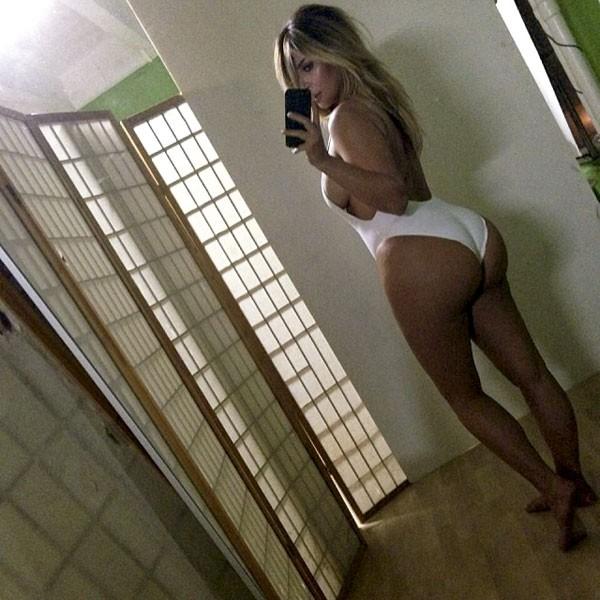 """A modelo Kim Kardashian tirou um selfie de maiô e o mundo todo leu a reação do marido Kanye West, """"INDO PRA CASA AGORA"""". (Foto: reprodução)"""