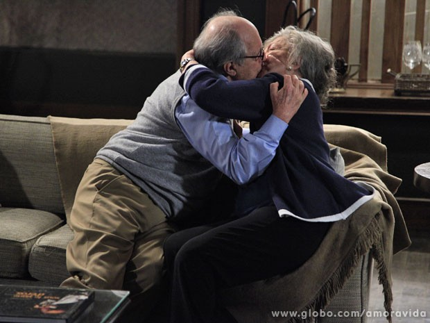 Lutero e Bernarda matam a saudade com um beijo apaixonado (Foto: Ellen Soares)
