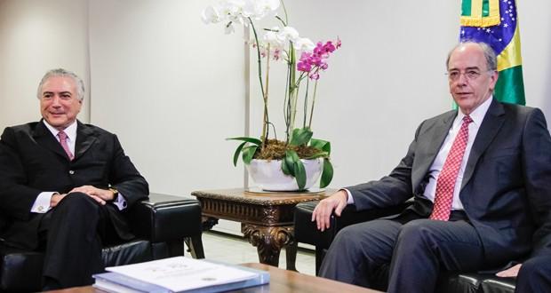 Presidente em exercício Michel Temer (esq.) se reúnem com indicado para presidir Petrobras, Pedro Parente (Foto: Beto Barata/PR)