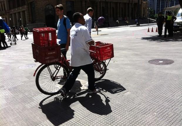 Bicicleta é meio de transporte e fonte de renda para milhões de pessoas em São Paulo. Emplacamento burocratiza o uso, encarece e afasta as pessoas do modal (Foto: Sabrina Duran)