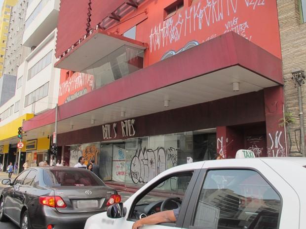 Desde o fechamento, a fachada do edifício onde o Belas Artes funcionava está repleta de pichações (Foto: Fabiano Correia / G1)