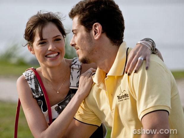 Agatha Moreira e Sacha Bali se divertem antes da gravação da cena (Foto: Em Família/TV Globo)