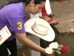 Mãe de Loanna faz última homenagem à filha durante enterro, em Pirenópolis, Goiás (Foto: Reprodução/TV Anhanguera)