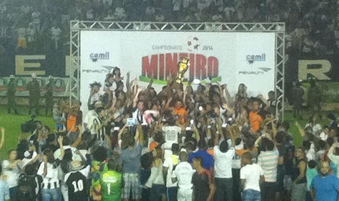 Democrata levanta a taça de campeão Mineiro do Módulo II de 2016. (Foto: Sávio Scarabelli/GE)