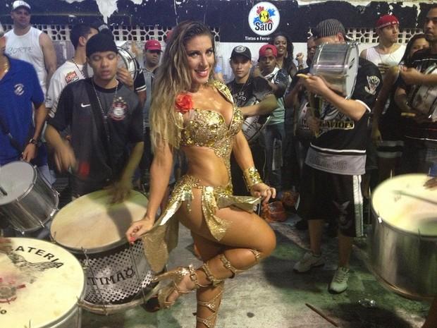 Tati Minerato cai no samba na quadra da Gaviões da Fiel (Foto: Divulgação / Regina Lobato)