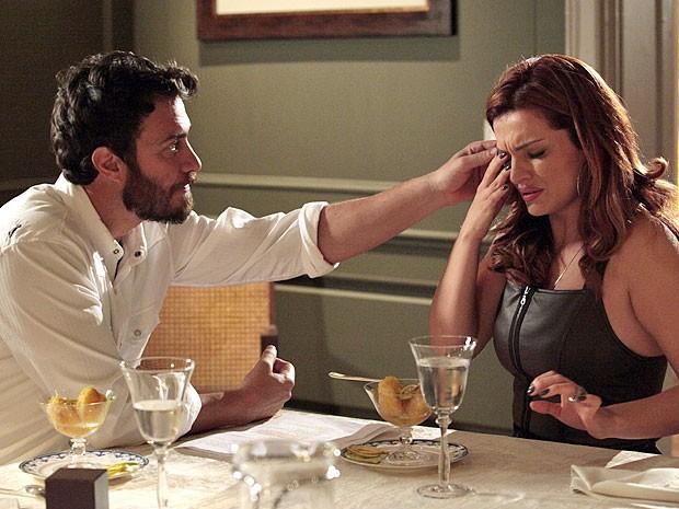 Rodrigo fica surpreso ao descobrir que Elisa usa lentes de contato (Foto: Amor Eterno Amor/TV Globo)
