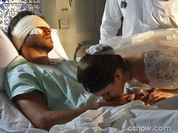 Emocionada, ela beija a mão de Virgílio (Foto: Em Família/TV Globo)