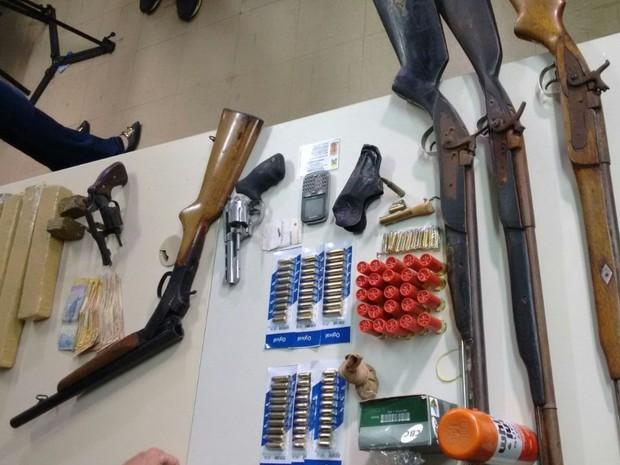 Espingardas, revólveres, munições e drogas foram encontrados com os suspeitos.  (Foto: Divulgação / Polícia Civil)