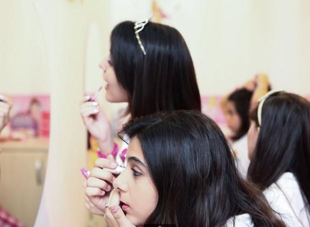 """Nos módulos de """"estética de princesa"""", as crianças aprendem a se maquiar (Foto: Divulgação)"""
