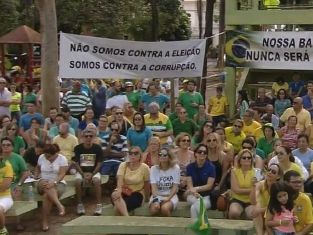 Manifestantes em Araçatuba neste domingo (Foto: Pollyana Moda/TV TEM)