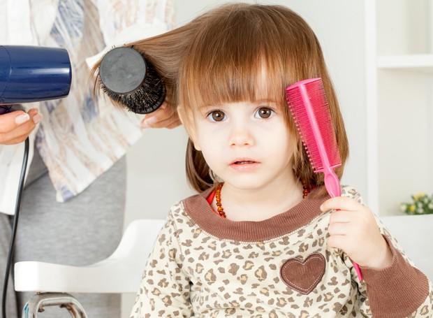 Crianças devem ficar longe do secador de cabelos (Foto: Thinkstock)