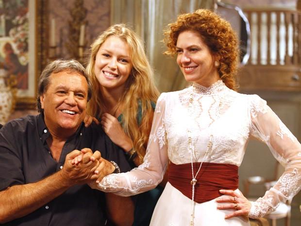 Rhaisa Batista posa com Dennis Carvalho e Patrícia Pillar - ela assistiu às gravações antes de estrear na novela (Foto: Lado a Lado/TV Globo)