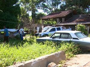 Agentes vetores encontraram larvas em terreno com 12 carros (Foto: Eder Ribeiro/EPTV)