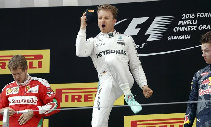 Nico Rosberg comemora vitória no pódio do GP da China (Foto: Reuters)