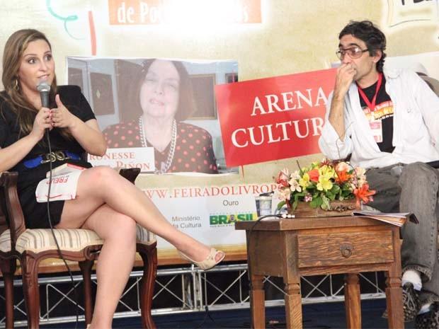 Laura Conrado deixou as redações  e assessorias para apostar no sonho da escrita (Foto: Jéssica Balbino/ G1)