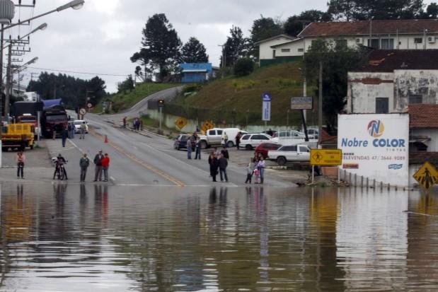 Cerca de 130 mil foram prejudicados pelas chuvas em SC (Foto: James Tavares/Secom)