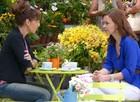 Tudo azul: Clara apostou no esmalte e Helena fez linda produção combinando com calça branca (Foto: Em Familia/TVGlobo)