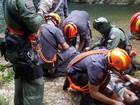 Bombeiros salvam jovem que caiu em cachoeira ao passear com familiares