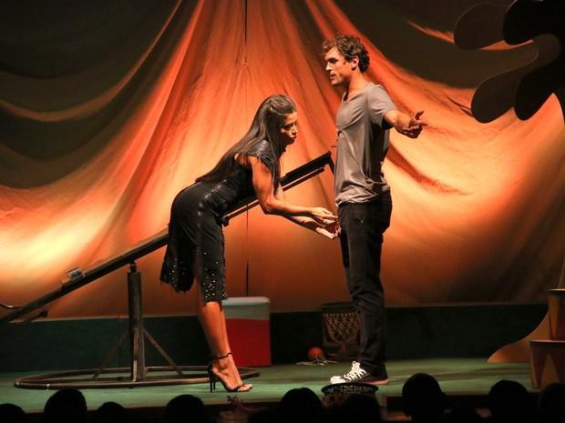 Aline Riscado e Felipe Roque em ação em peça na Zona Sul do Rio (Foto: Cleomir Tavares/ Divulgação)