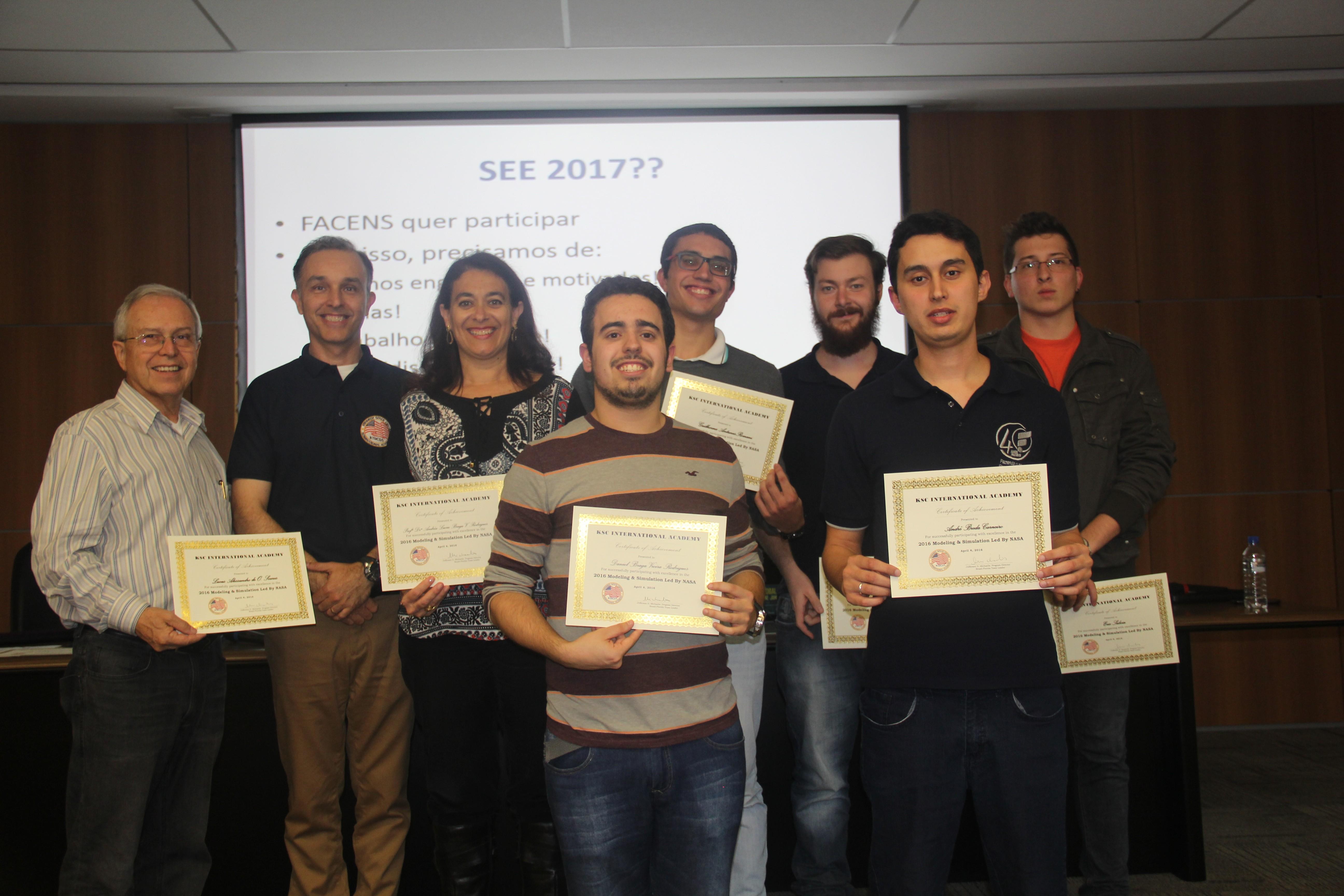 A equipe de universitários que projetou a base lunar  (Foto: Divulgação)