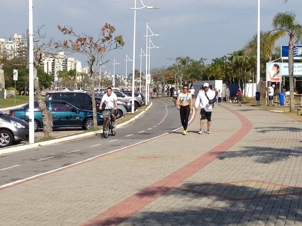 Famílias aproveitaram o sol na Avenida Beira-Mar Norte (Foto: Thomas Braga/RBS TV)