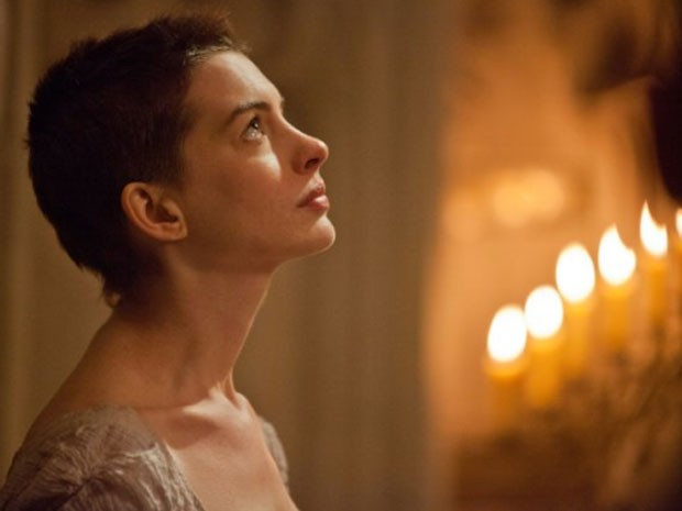 Anne Hathaway em cena de 'Os miser&#225;veis' (Foto: Reprodu&#231;&#227;o)