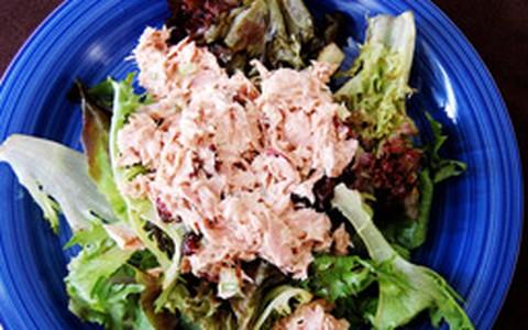Salada especial de atum com molho de mostarda