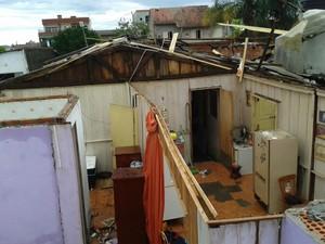 Casa foi destelhada pelo vento em Esteio (Foto: Vanessa Felippe/RBS TV)