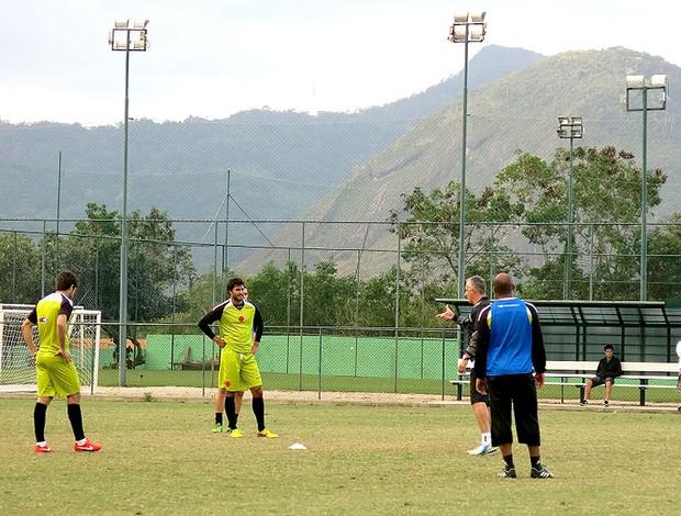 Dorival Junior com Pedro Ken e Juninho treino Vasco (Foto: Raphael Zarko)