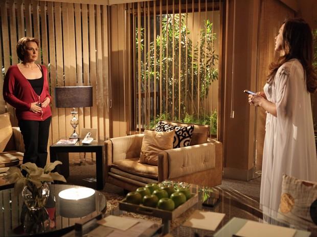 Por pouco, Rachel não vê Wanda no quarto de Lívia (Foto: Salve Jorge/TV Globo)
