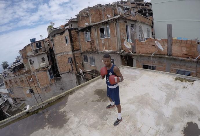Quando está no Rio, Patrick Lourenço triena no Vidigal (Foto: Pedro Veríssimo)