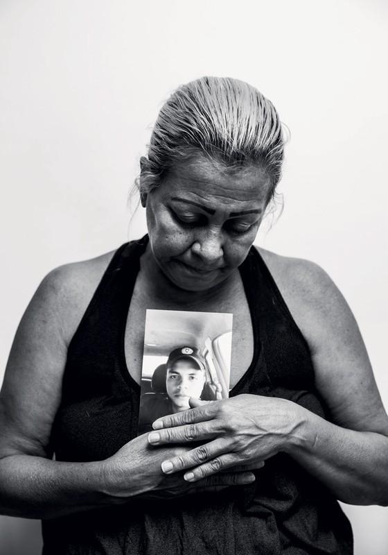 Janaína Soares com o retrato do filho,o PM Antônio Paiva.Ele é a primeira vítima do ano da guerra entre policiais e bandidos no Rio (Foto: Stefano Martini/ÉPOCA)