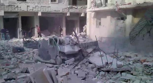 Vídeo divulgado pela oposição mostra prédio e carro destruído por bombardeios em Aleppo nesta quinta-feira (29) (Foto: AFP)