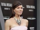 Jessica Biel usa colar enorme em première de filme