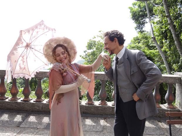 Celinha e Guerra mostram qe vale a pena esperar pelo verdadeiro amor (Foto: Lado a Lado/Tv Globo)