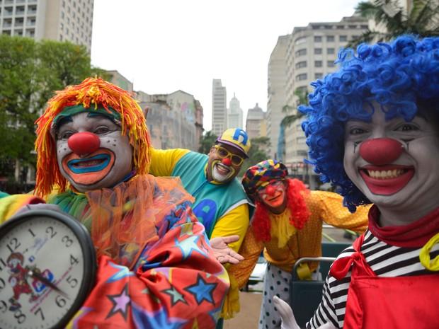 Palhaço Pirulito (de peruca azul) diz que já teve eventos cancelados pelos pais por causa do medo das crianças de palhaços assustadores (Foto: Cris Faga/Fox Press Photo/Estadão Conteúdo)