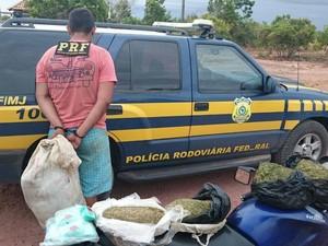 Jovem com maconha oriunda da República Cooperativista da Guiana, foi preso na BR-401 (Foto: Divulgação/PRF)