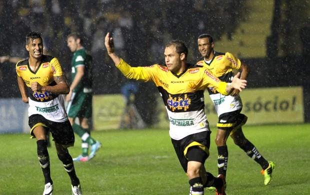 Silvinho comemora gol do Criciuma contra o Chapecoense (Foto: Fernando Ribeiro / Agência estado)