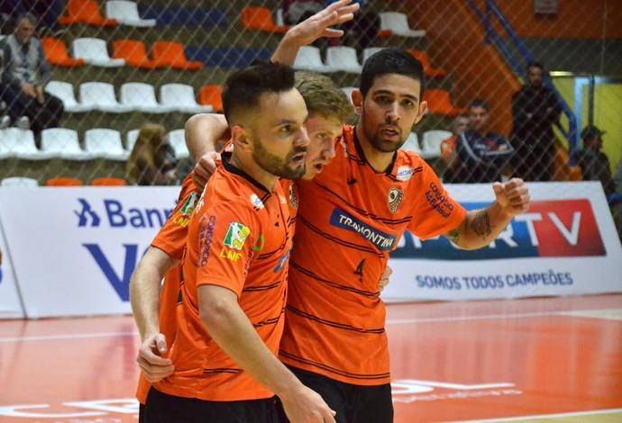 Deives, Júlio e Felipe comemoram o gol de empate do Carlos Barbosa (Foto: Ulisses Castro/ACBF)
