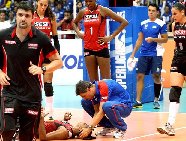 Sassá passa mal vôlei Rio de Janeiro Sesi Superliga (Foto: Pedro de Souza / adorofoto)