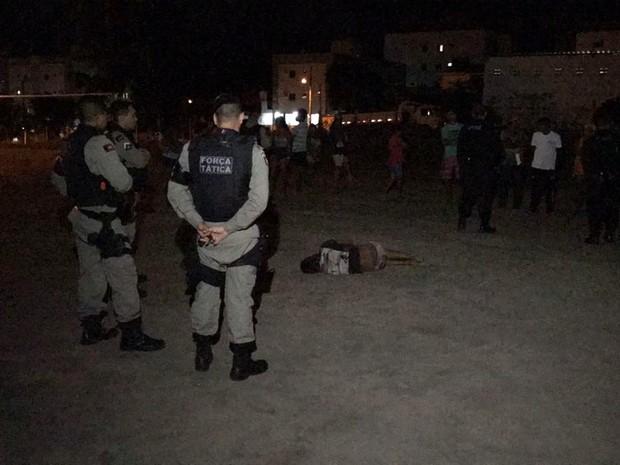 Homem foi encontrado espancado em campo de futebol em comunidade de João Pessoa (Foto: Walter Paparazzo/G1)