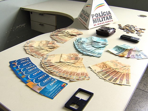 Suspeito de estelionato é preso após saque em agência da Caixa em Belo Horizonte. Dinheiro, chupa-cabra e cartões foram apreendidos (Foto: Reprodução/TV Globo)