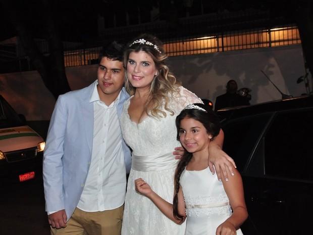 A noiva, Mariana Nogueira ao lado dos filhos (Foto: (Foto: Roberto Teixeira/EGO))