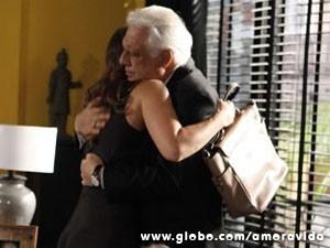 Paloma dá um abraço em apoio a César (Foto: Pedro Curi/TV Globo)